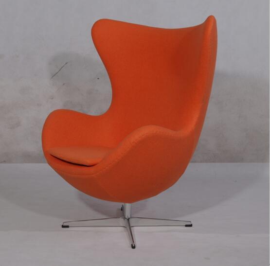 阿恩.雅各布森〔ArneJacobsen1902--1971〕,是20世纪丹麦著名建筑师,同时是工业产品与室内家具设计大师。阿恩.雅各布森早期的作品受到意大利勒.柯布西耶〔B&B Italy的知名设计师,代表作有LC系列沙发和座椅〕、阿斯普隆、密斯.凡.德罗(Barcelona chair的设计师)等现代主义运动设计大师的影响。雅各布森是第一位将现代主义设计观念导入丹麦的建筑师,他将丹麦的传统材料与国际风格相结合,创作了一系列建筑作品,奠定了其在北欧建筑师中的领袖地位。灵动的蛋椅(egg chai