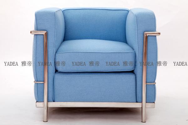 浅蓝色沙发主要使用的是:高档蓝色羊毛绒布,高密度海绵,不锈钢框架,浅