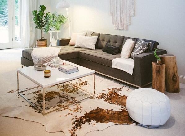 Florence Knoll Sofa是著名设计师诺尔设计的,她优雅脱俗的设计让这款沙发充满了不同意味,诺尔沙发将优美的外形、完美材料的搭配和舒适的坐感融合在一起。  Florence Knoll Sofa方正硬朗,不锈钢沙发脚利落冷静。  Yadea的沙发价格就很亲民,1-2万元人民币之间,基本上你去instagram或者国外设计师住宅里看到的沙发都是诺尔系列的。  联系方式(contact information): 固定电话:0755-82874550 手机:18719067144 联系人:谢先生