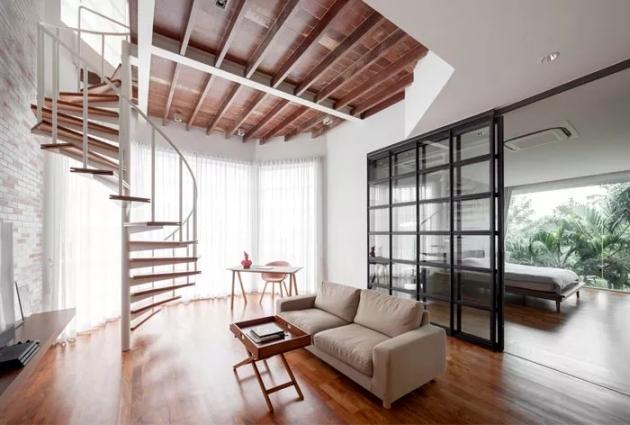 今天,为大家带来一个夹层空间设计案例。这所住宅拥有挑高的天花,房屋的格局并不是传统的方正型,而是不寻常的六边形建筑,这成为了设计的特色,同时也颇具挑战。设计师不仅需要为屋主营造一个轻松舒适的生活空间,同时需要满足空间的流通性、开放性,并注意保留必要隐私空间。  夹层空间住宅设计案例  夹层空间住宅设计案例  透明玻璃让阳光洒入室内,屋外茂盛的热带植物,也为素雅的室内增添美妙的景象。不论是白天的自然光线,还是夜晚的灯光,室内都被渲染的充满了格调,家中的储物空间也都集中在了主卧,足够宽敞的区域,流动自如,舒缓