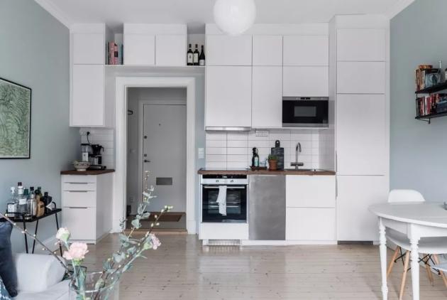 这是一个简约风格的小户型公寓设计案例,面积约为36。因为是想用来出租的公寓,所从设计师选择了接受度高的北欧风,从功能上也通过定制的柜体、置物架满足收纳需求,让租住生活也变得美好曼妙。  案例中的小公寓采用最适合的开放式的布局,阳光从窗户洒入室内,不受阻挡,穿透进每一角落,灰蓝色的墙面、深一色号的地毯、丰富的抱枕,渐变的色彩营造出优雅且丰富的层次效果。  小户型公寓设计案例  小户型公寓设计案例  设计师充分利用公寓的每一寸空间,定制的储物架可以摆放一些随手可取的物件,同时也可以成为独具生活感的装饰品。甚至