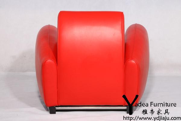 产品简介:红色跑车沙发(Bugatti chair)DS-57是雅帝的新款产品,就像右图的红色跑车沙发我们看到的一样,DS-57不仅仅局限于汽车设计的简化,这个单一家具看起来或是坐上去都让我们想到1930年的赛车,座位向里的倾斜,楔形底座,橡木脚,这个款式同样可以调节靠背躺下休息。