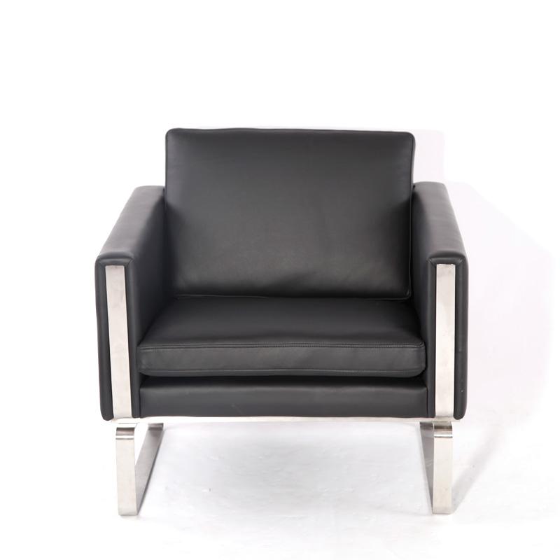 产品简介:北欧简约风格沙发(CH101 Sofa)是非常有创意的家具,简约而现代,他的造型独特,这款经典沙发的设计师是:汉斯.韦格纳,他是20世纪最伟大的家具设计师之一,北欧简约风格沙发(CH101 Sofa)采用的进口真皮,脚架使用的是不锈钢,内置的是高弹海绵与实木框架。